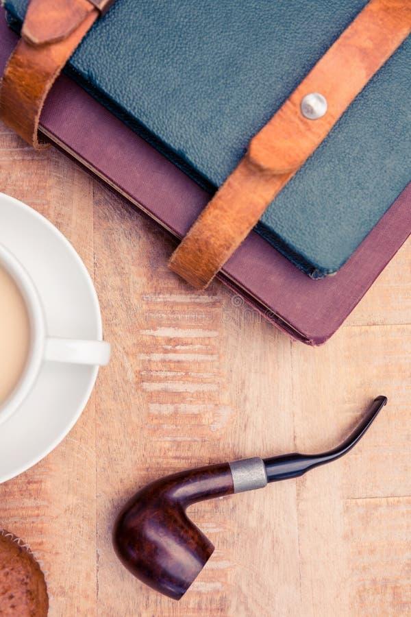 Café con los diarios y el tubo que fuma fotografía de archivo libre de regalías