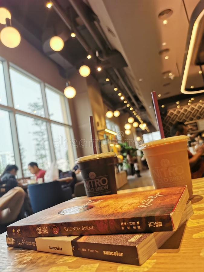 Café con los libros imagen de archivo libre de regalías