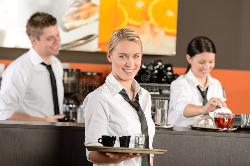 Café confiado de la porción de la camarera con la bandeja fotografía de archivo