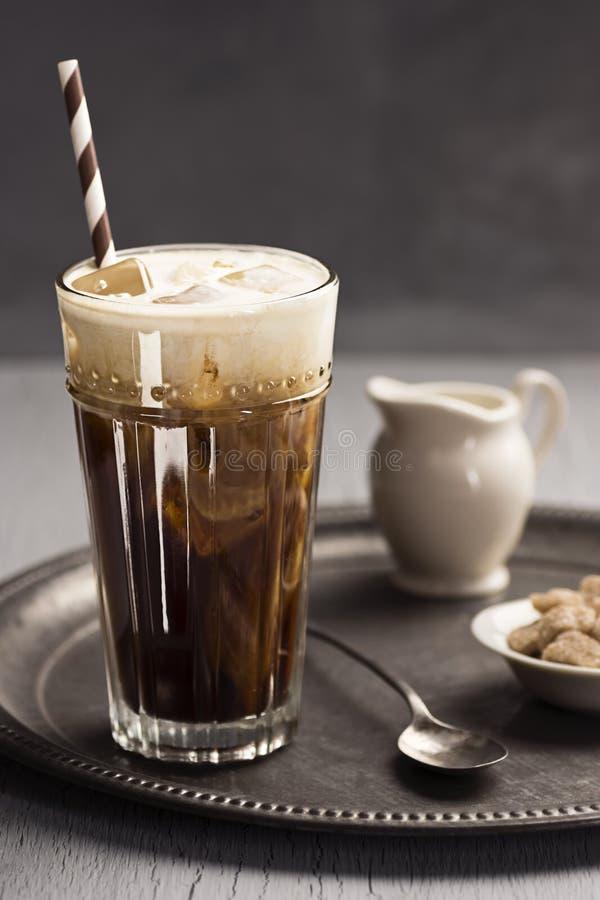 Café congelado com redemoinhos do creme na bandeja fotografia de stock