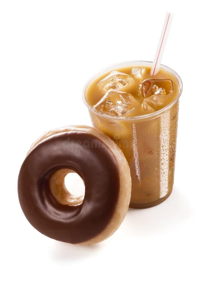 Café congelado com uma filhós vitrificada do chocolate no fundo branco fotos de stock royalty free