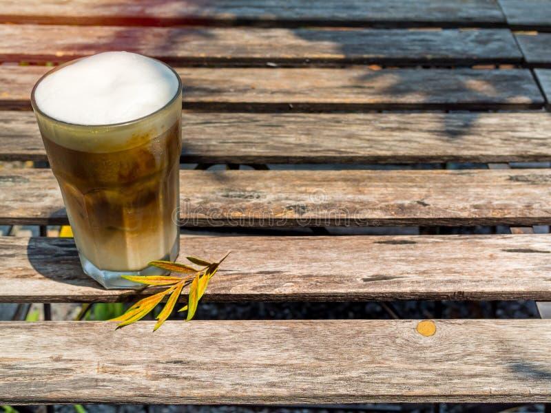 Café congelado do cappuccino no vidro na tabela de madeira imagens de stock royalty free