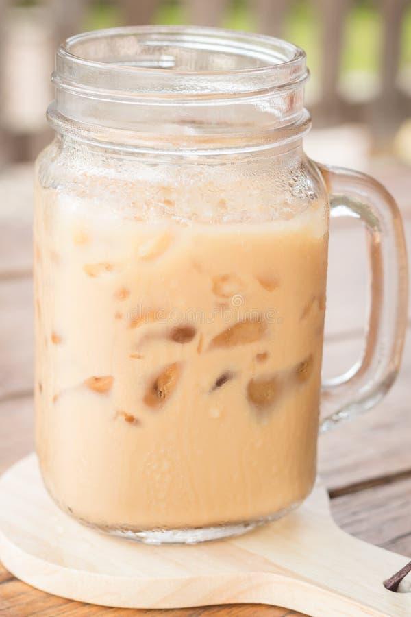 Café congelado do leite na tabela de madeira fotografia de stock
