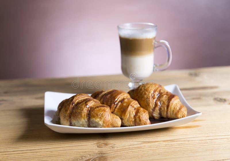 Café congelado do mocha com croissant imagens de stock royalty free
