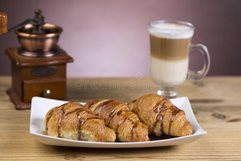 Café congelado do mocha com croissant imagens de stock