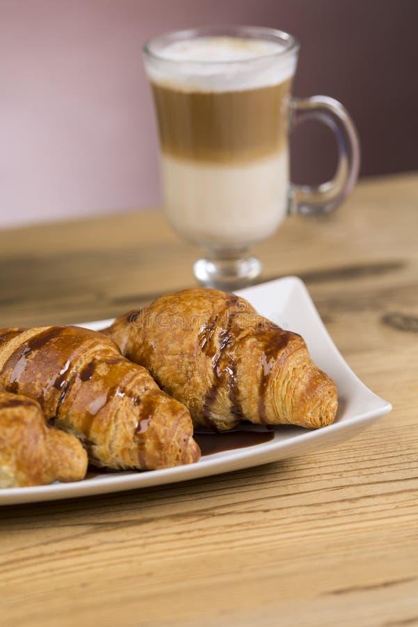 Café congelado do mocha com croissant fotografia de stock royalty free