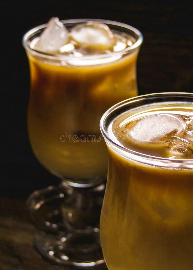 Café congelado no ajuste rústico imagens de stock