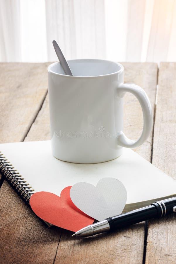 Café, coração vermelho, caderno e pena fotografia de stock royalty free