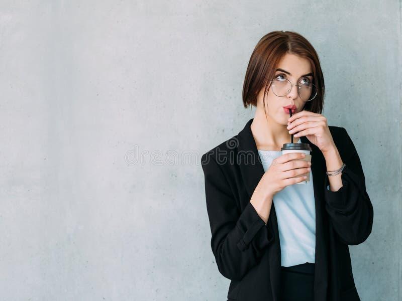 Café corporativo de la mujer joven de la rotura del trabajador imagen de archivo libre de regalías