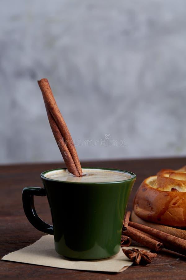 Café cremoso no copo com pão cor-de-rosa caseiro na tabela de madeira sobre o fundo claro, close-up, foco seletivo imagem de stock