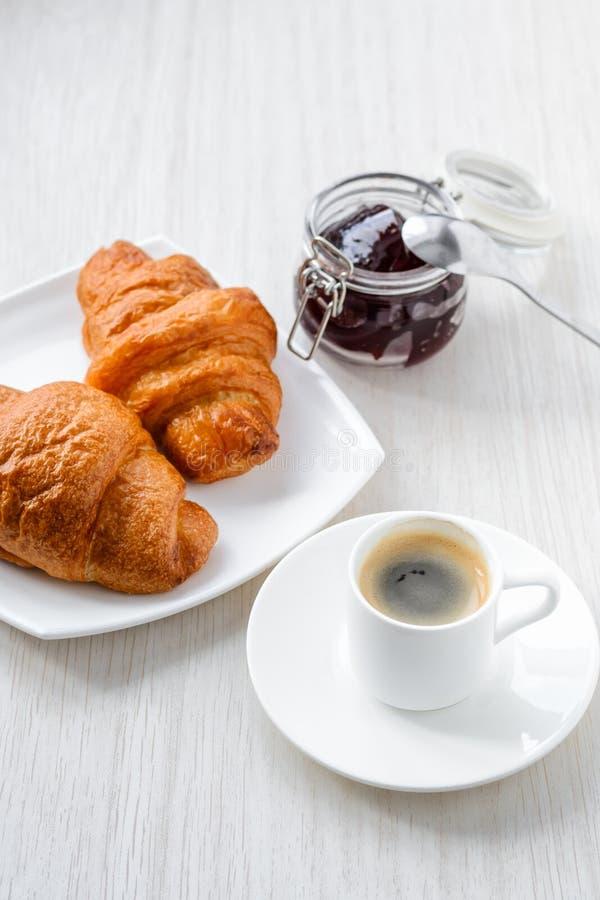 Café, croissant e doce do café da manhã da manhã no backgroun branco imagens de stock royalty free