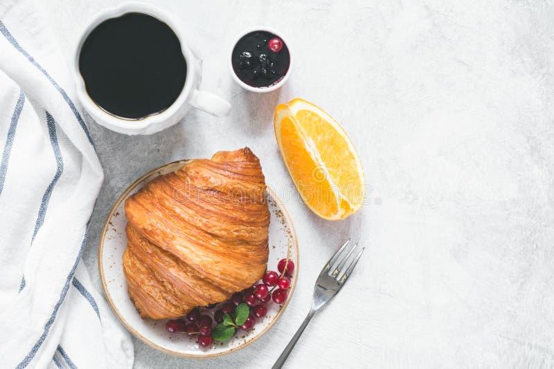 Café, croissant, frutos e doce imagens de stock royalty free