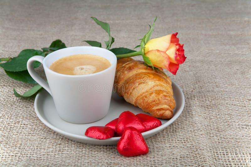 Café, cruasanes, chocolate del corazón, rosas imagen de archivo
