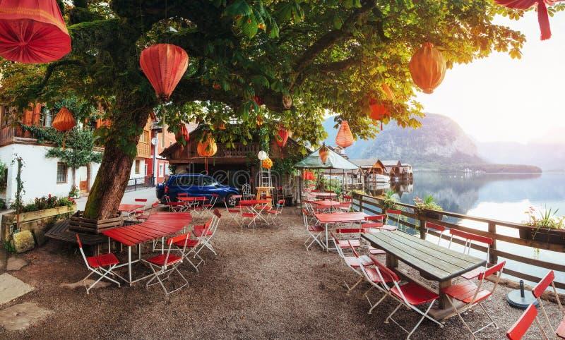 Café d'été sur le beau lac entre les montagnes alpes halls images libres de droits