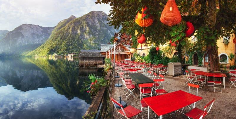 Café d'été sur le beau lac entre les montagnes alpes hallstatt photographie stock libre de droits