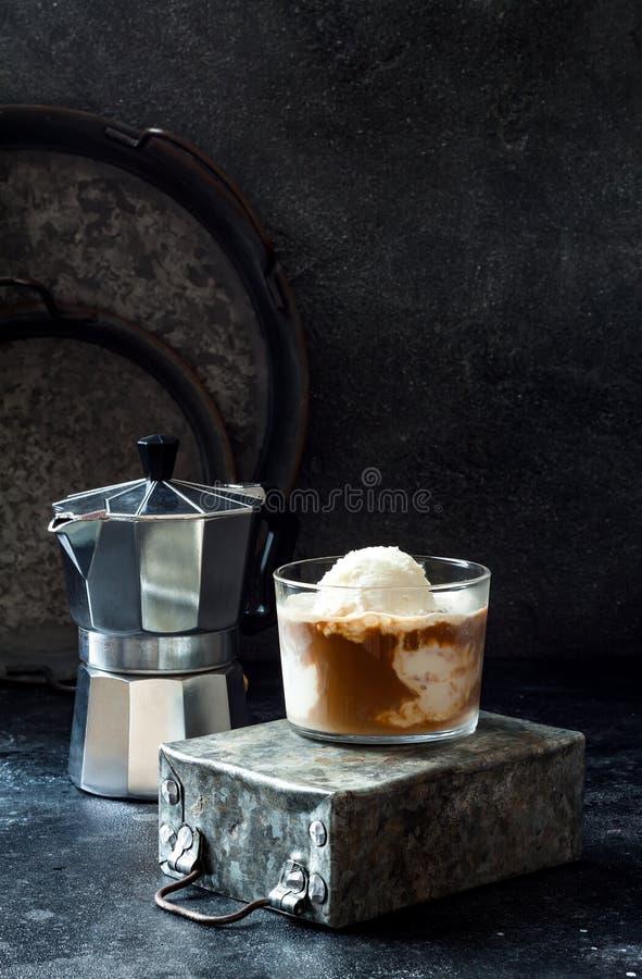 Café d'Affogato avec de la glace à la vanille Boisson de café d'été avec la crème glacée et l'expresso dans le verre image stock