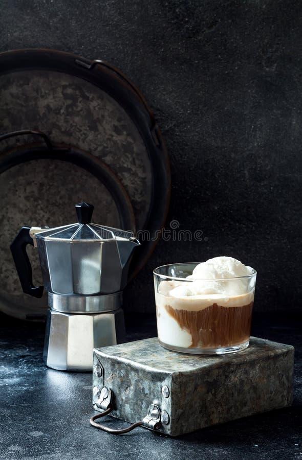Café d'Affogato avec de la glace à la vanille Boisson de café d'été avec la crème glacée et l'expresso dans le verre photos libres de droits