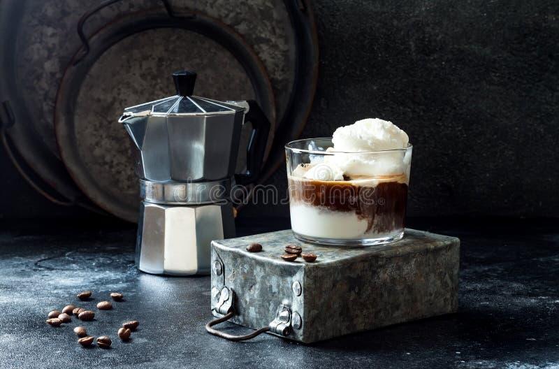 Café d'Affogato avec de la glace à la vanille Boisson de café d'été avec la crème glacée et l'expresso dans le verre images stock