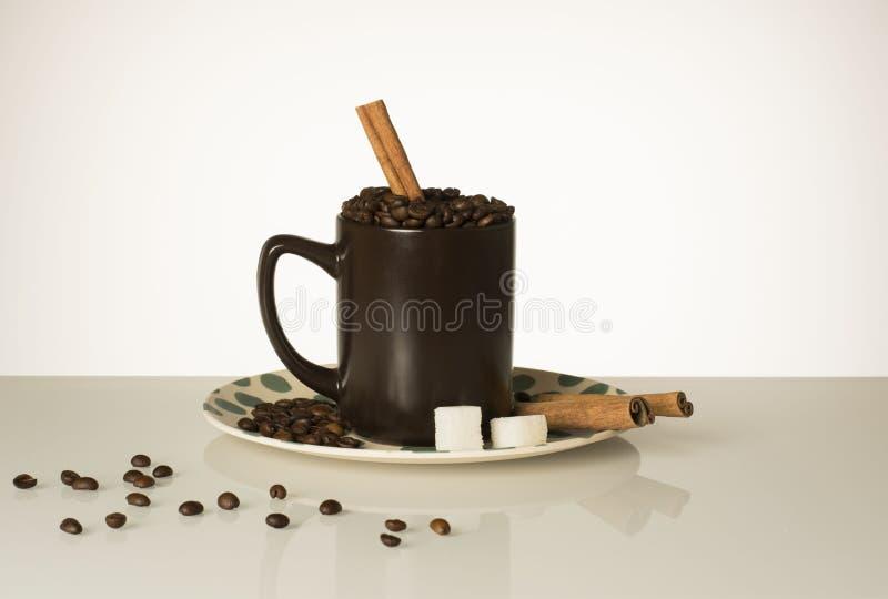 Café d'amants de café de cannelle de grains de café de tasse photos libres de droits