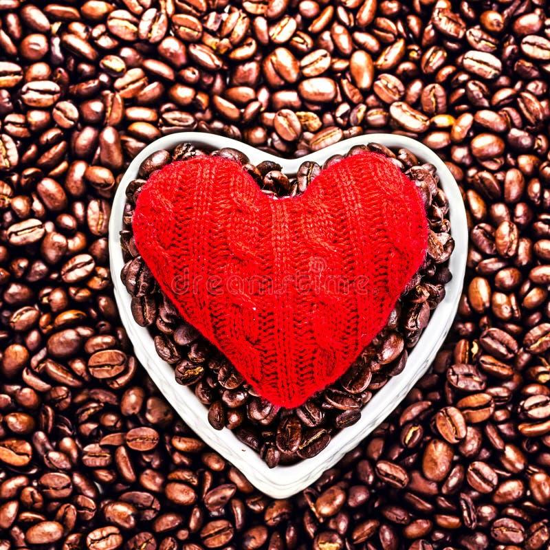 Café d'amour à la Saint-Valentin. Grains de café rôtis avec le rouge il photos stock
