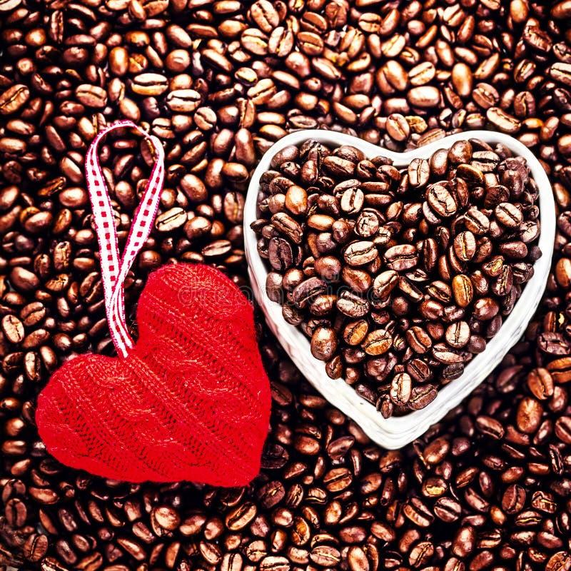 Café d'amour à la Saint-Valentin. Grains de café rôtis avec le rouge il image stock