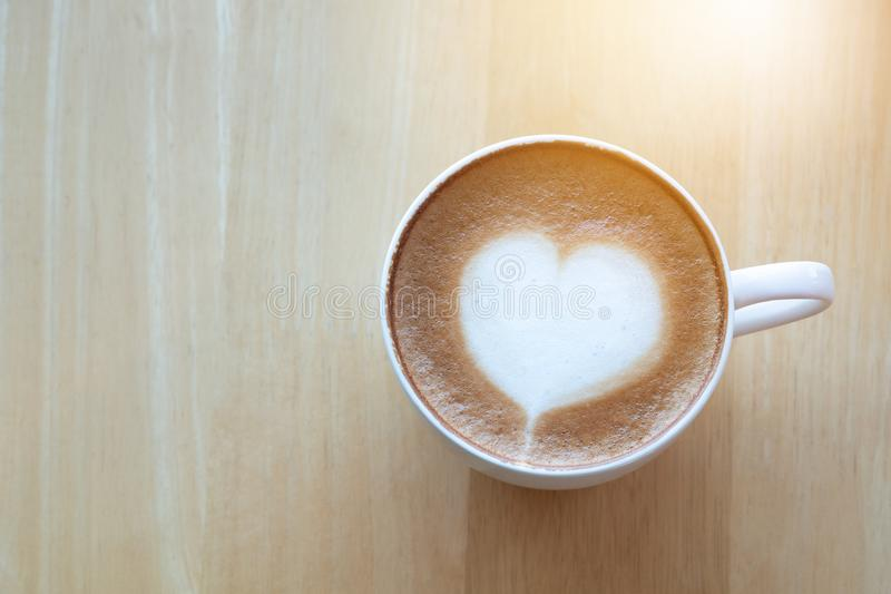 Café d'art de Latte et grains de café rôtis au temps de matin avec s images libres de droits