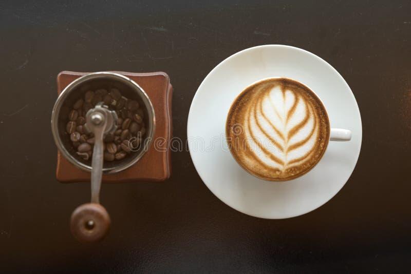 Café d'art tard avec le grain de café à l'intérieur du moulin de main photographie stock