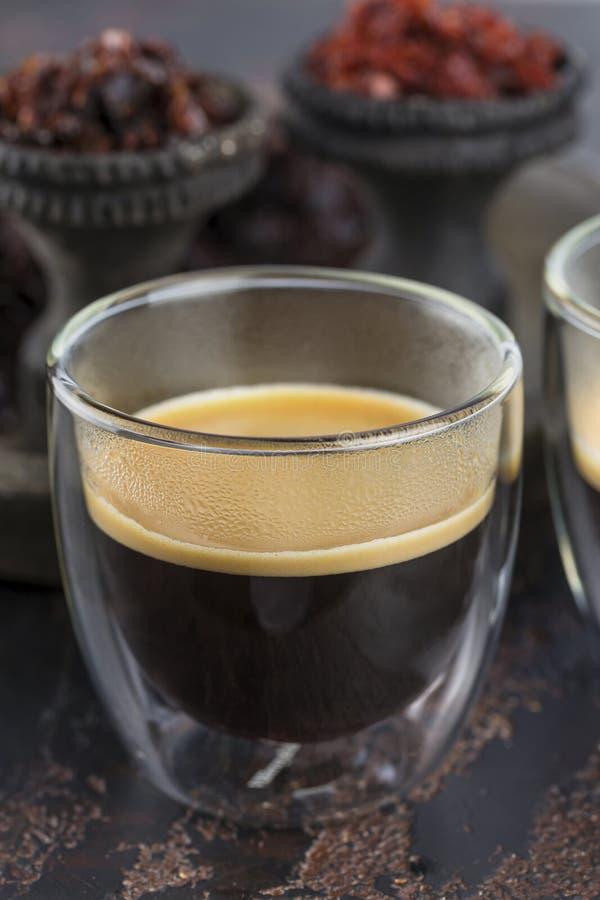 Café d'expresso dans de petites tasses en verre sur le fond des tasses en céramique pour le narguilé de tabagisme rempli avec dif photographie stock libre de droits
