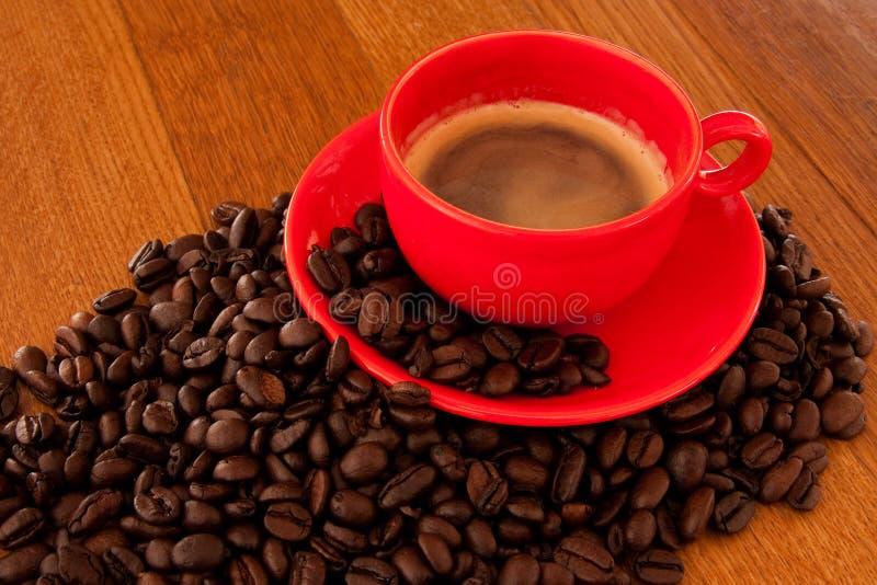 Café d'Expresso dans la cuvette rouge images stock