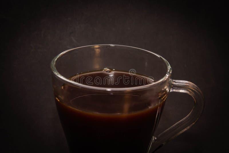 Café d'expresso dans une petite fin en verre de tasse sur un fond foncé images stock