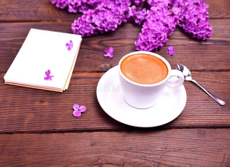 Café d'expresso dans une tasse blanche avec une soucoupe image stock