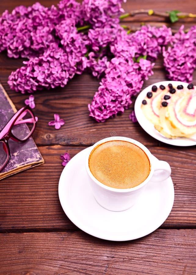 Café d'expresso dans une tasse blanche avec une soucoupe photographie stock