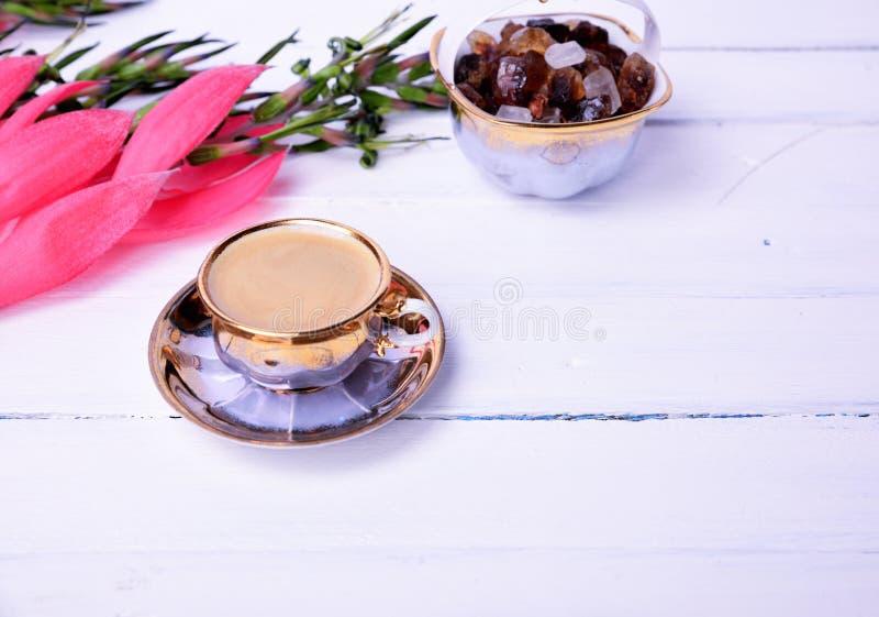Café d'expresso sur une surface en bois blanche photos libres de droits