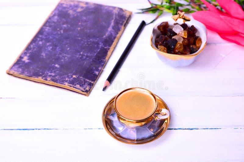 Café d'expresso sur une surface en bois blanche photo stock