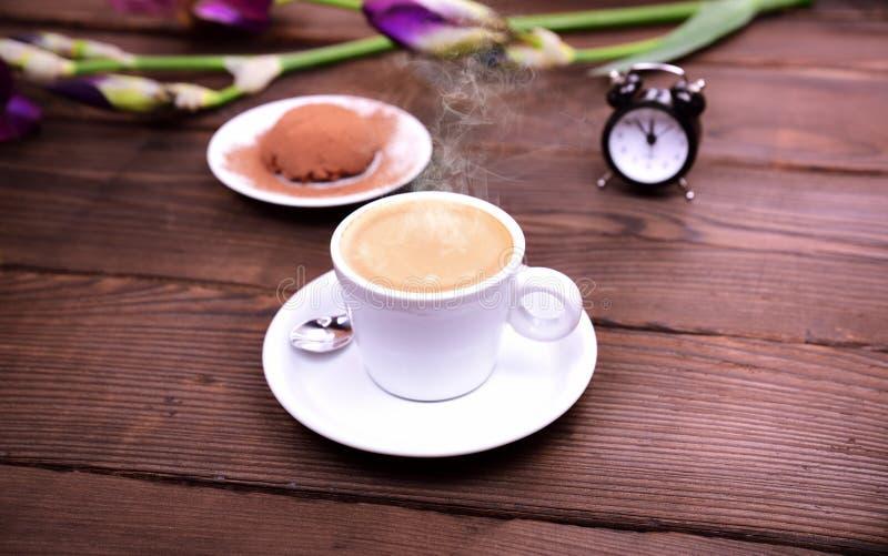 Café d'expresso sur une table en bois brune images libres de droits