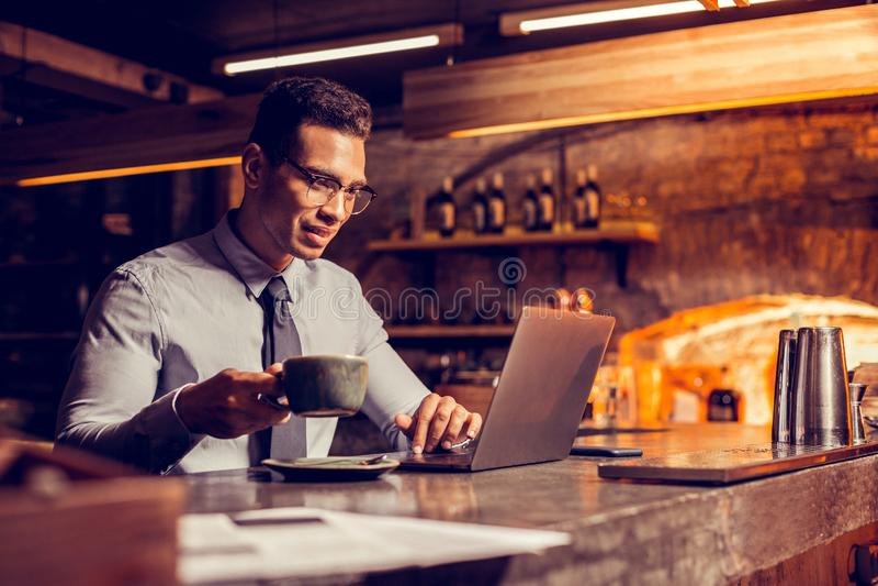 Café d'homme d'affaires réussi et email potables de lecture images libres de droits
