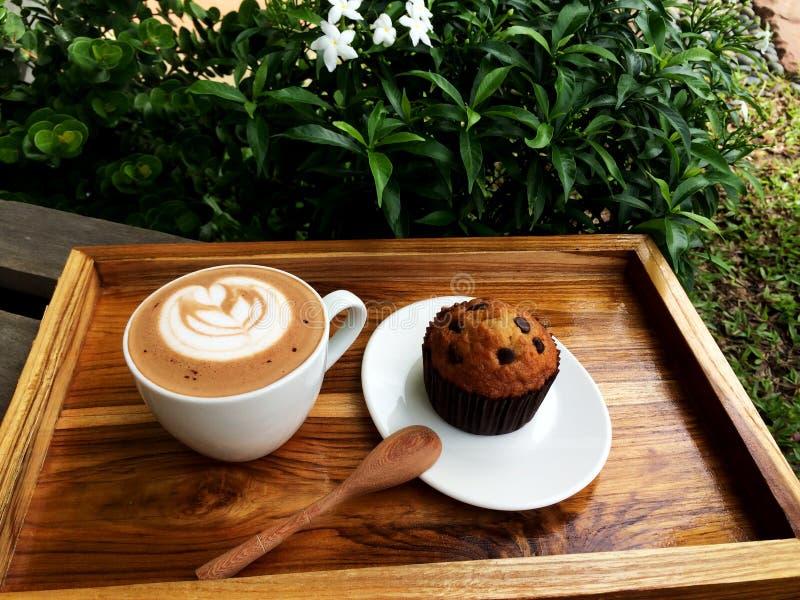 Café da arte do Latte e de copo do chocolate bolo imagem de stock royalty free
