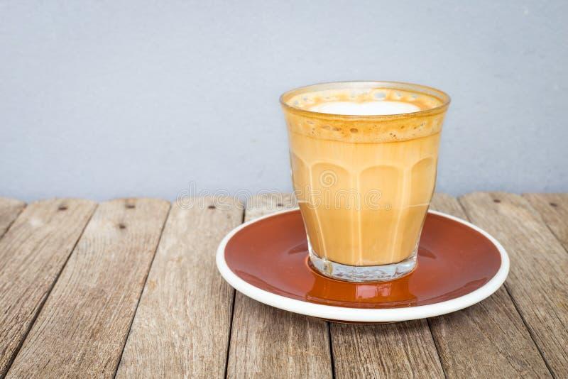 Café da arte do Latte no copo claro de vidro imagens de stock