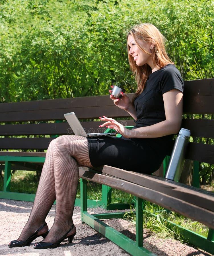 Café da bebida da mulher de negócios fotografia de stock royalty free