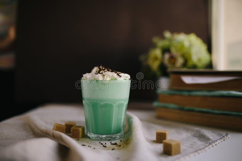 Café da hortelã com com a decoração de creme e colorida no fundo escuro Agitação de leite, cocktaill, frappuccino Café do unicórn imagens de stock royalty free