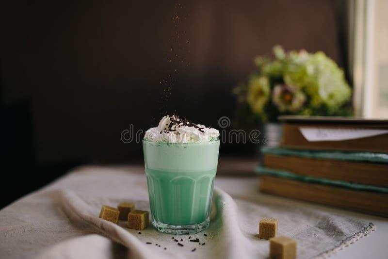 Café da hortelã com com a decoração de creme e colorida no fundo escuro Agitação de leite, cocktaill, frappuccino Café do unicórn imagem de stock royalty free
