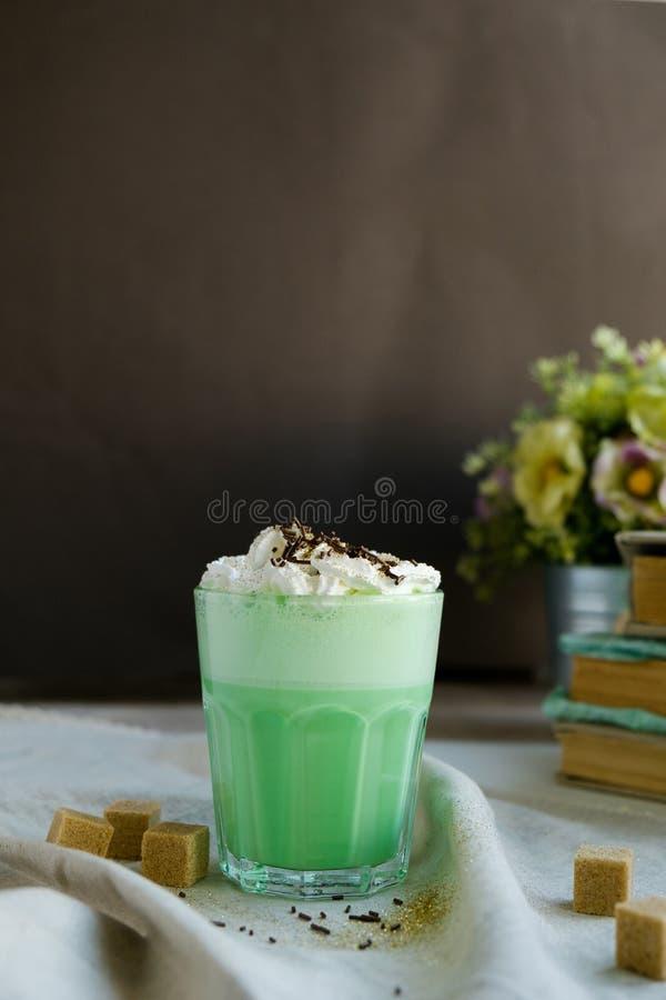 Café da hortelã com com a decoração de creme e colorida no fundo escuro Agitação de leite, cocktaill, frappuccino Café do unicórn fotografia de stock