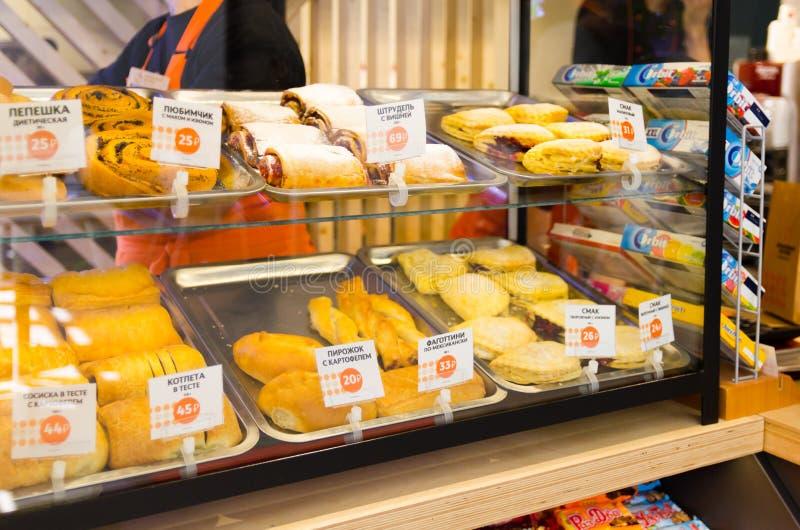 Café da janela da loja com pastelarias e preços no russo imagens de stock