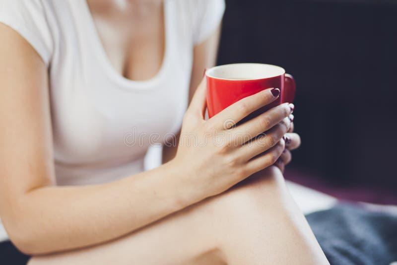 Café da mão da mulher foto de stock royalty free
