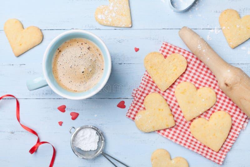 Café da manhã acolhedor para o dia de Valentim Xícara de café e cookies doces na forma da opinião superior do coração foto de stock royalty free
