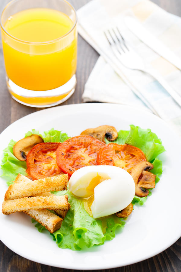 Café da manhã claro com ovo, tomate e pão torrado fotos de stock royalty free