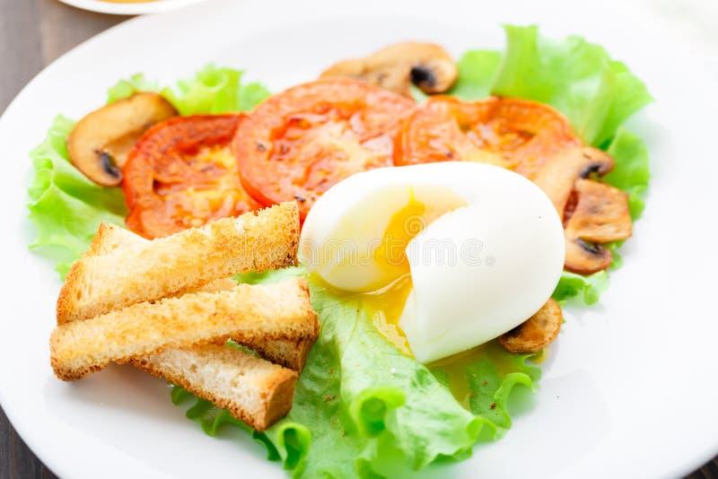 Café da manhã claro com ovo, tomate e pão torrado foto de stock