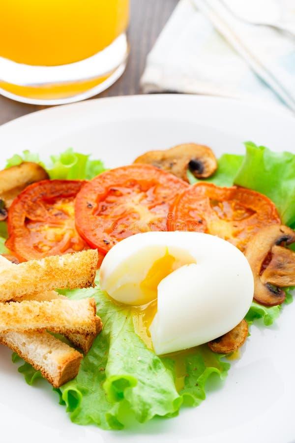 Café da manhã claro com ovo, tomate e pão torrado foto de stock royalty free