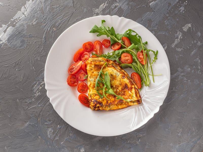 Café da manhã claro da omeleta com ervas frescas e os tomates de cereja desbastados imagem de stock