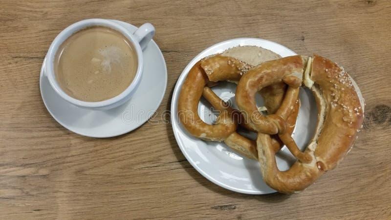 Café da manhã com café e pretzeis fotografia de stock royalty free